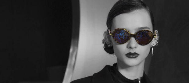 Modelo con las gafas Dior Umbrage, foto en blanco y negro