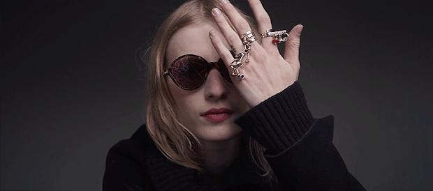 modelo con las gafas Dior Umbraje, tapándose media cara con la mano