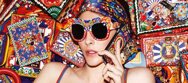 modelo con las gafas Dolce & Gabbana de decoración siciliana