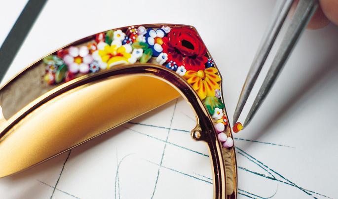 """296612ab06 Se trata de una colección de gafas de sol hechas con la técnica artesanal  italiana del """"filato minute mosaic"""" o micro mosaico, que implica tener los  ..."""