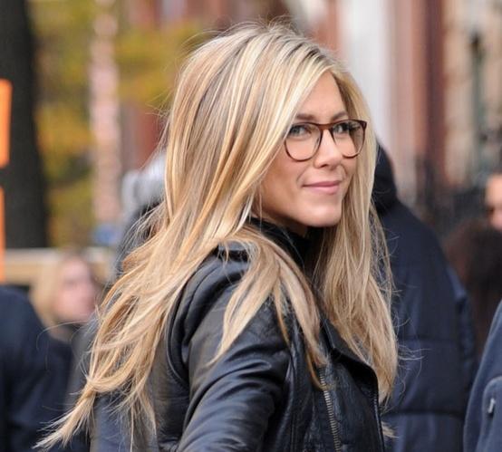 Jennifer Aniston luciendo gafas de vista