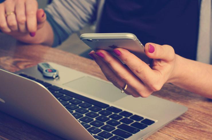 chica joven usando el movil para comprar online