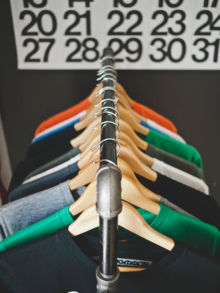 ropa en percheros ilustrando el sector ecommerce online de la moda